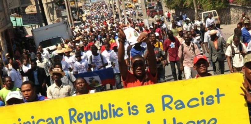 [VIDEO] Haitianos queman bandera de República Dominicana en protesta