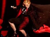 [VIDEO] Madonna cae de gran altura en el escenario de los Brit Awards